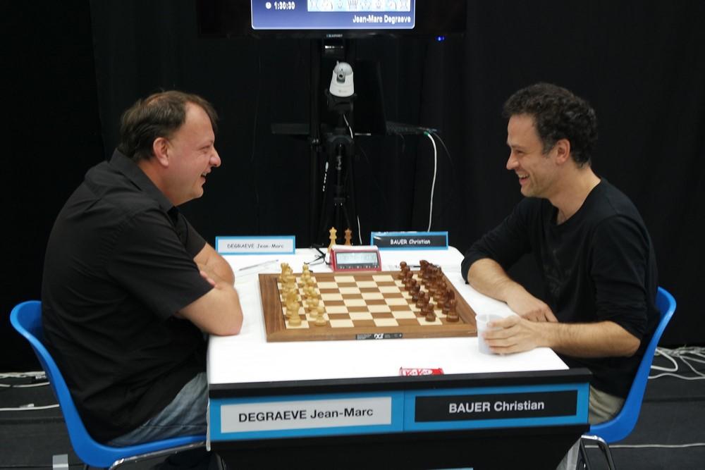 Les deux joueurs étaient souriants au début de la ronde, mais maintenant c'est un vrai combat entre les deux